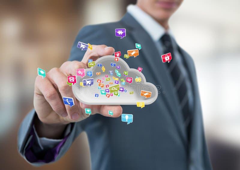 affärsman med handspridning av att ta molnet med applikationsymboler Suddig bakgrund för affär royaltyfria foton