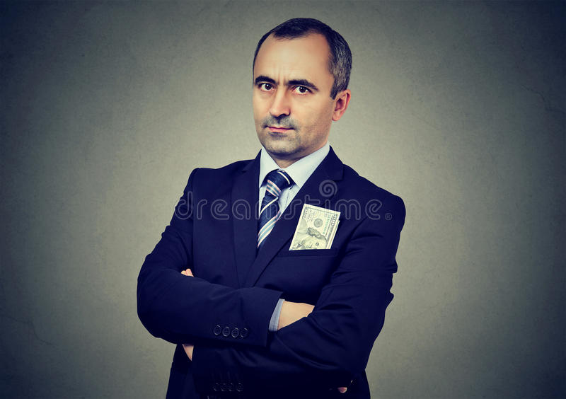 Affärsman med hundra dollarsedel i hans omslagsfack royaltyfria foton