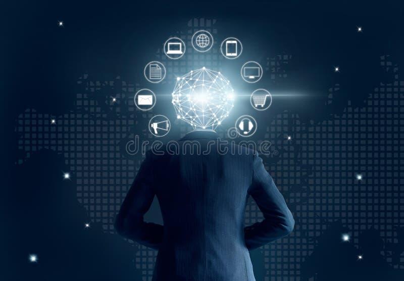 Affärsman med huvudet för anslutning för globalt nätverk, på mörk bakgrund, den Omni kanalen eller den mång- kanalen arkivbild