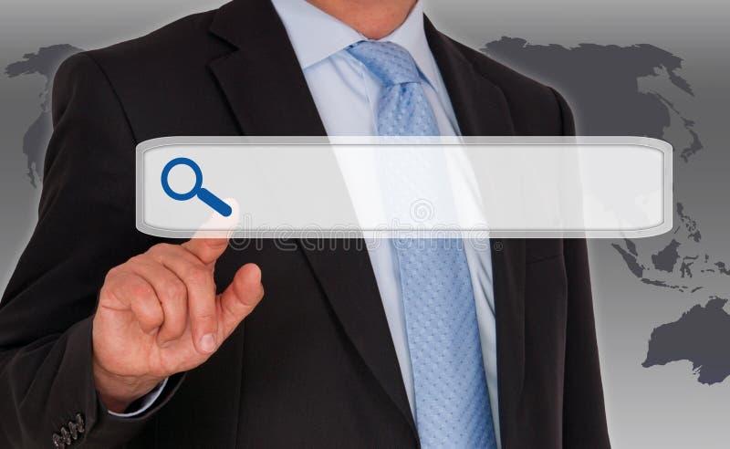 Affärsman med internetsökandepekskärmen arkivbild