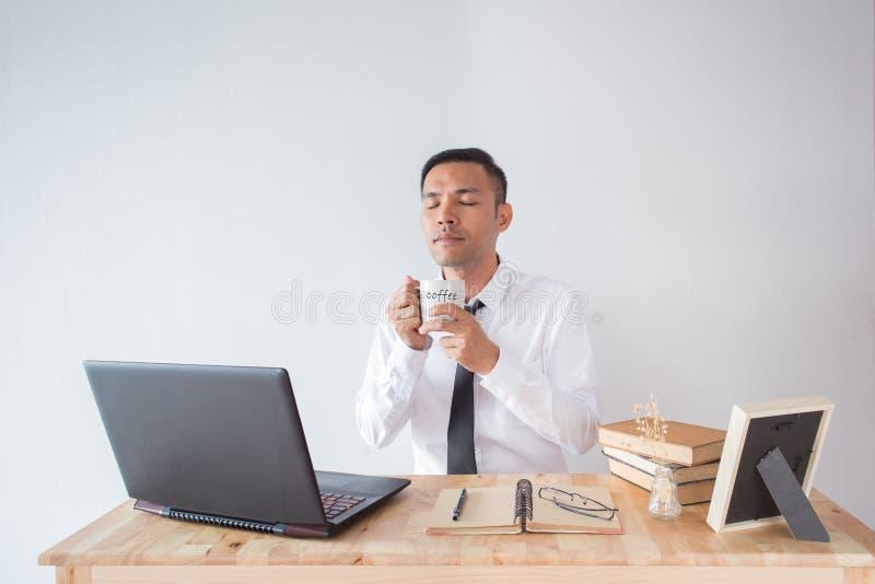 Affärsman med kaffe royaltyfri fotografi