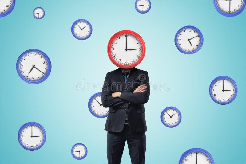 Affärsman med klockan i stället för huvudet på blå klockamodellbakgrund royaltyfria bilder