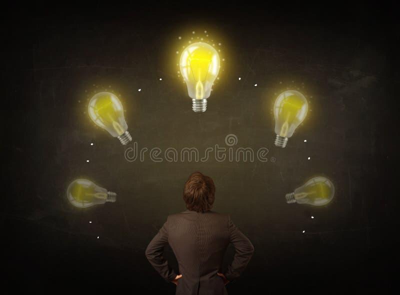 Affärsman med lightbulbs över hans huvud fotografering för bildbyråer