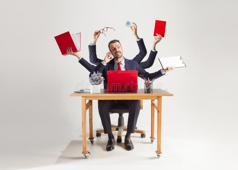 Affärsman med många händer i den eleganta dräkten som arbetar med papper, dokument, avtal, mapp, affärsplan royaltyfria foton