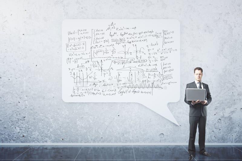 Affärsman med matematiska formler royaltyfria bilder