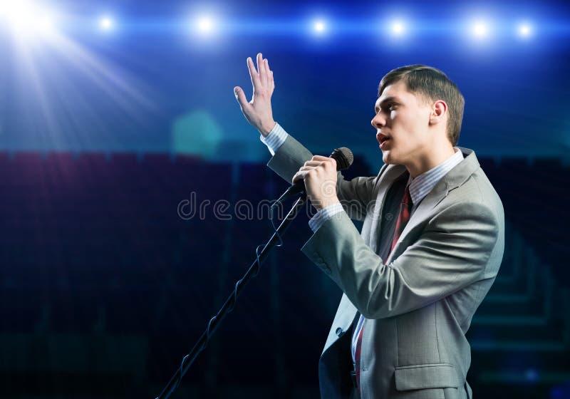 Affärsman med mikrofonen royaltyfria bilder