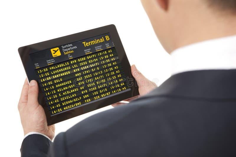 Affärsman med minnestavlan i flygplats arkivbilder