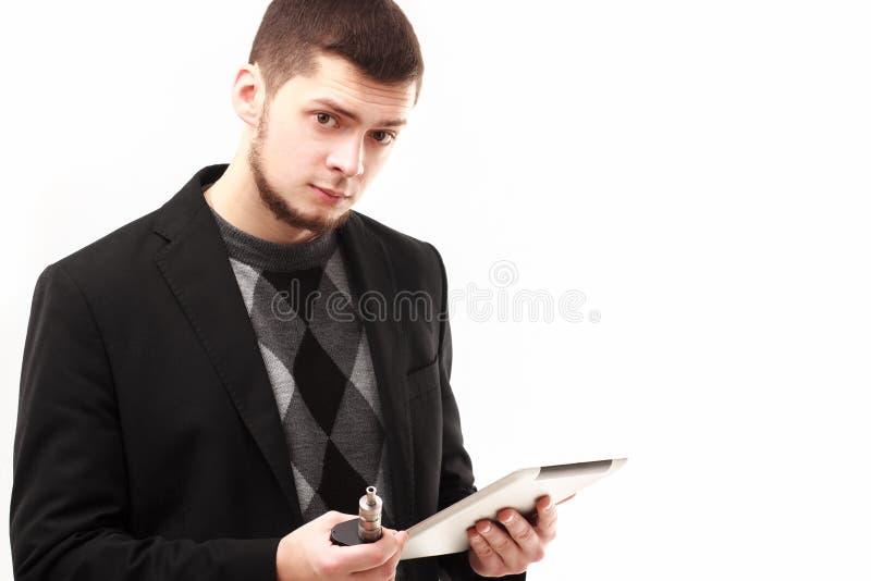 Affärsman med minnestavlan och e-cigaretten royaltyfria bilder