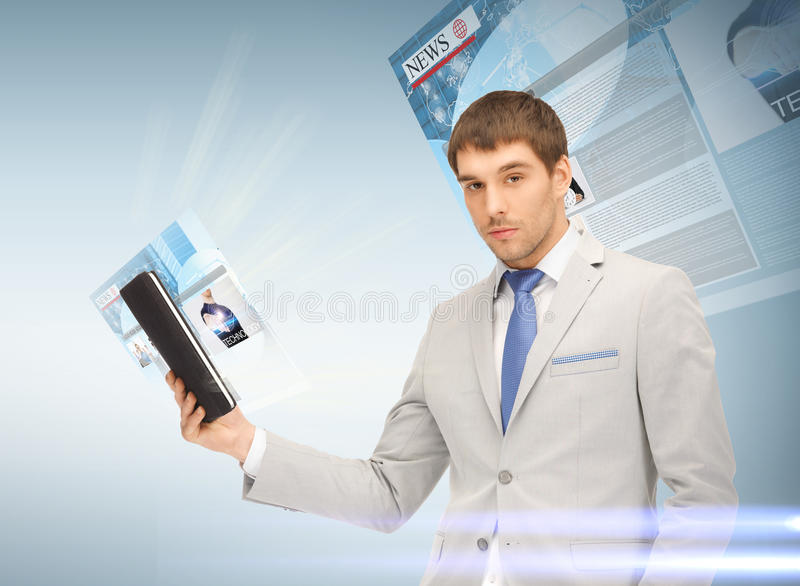 Affärsman med minnestavlaPC som läser nyheterna arkivbild