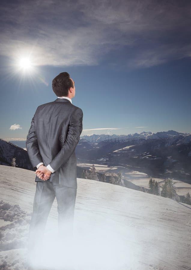 Affärsman med mistanseendet som ser berg stock illustrationer