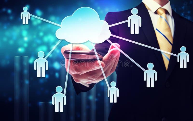Affärsman med molnberäkning och uppkopplingsmöjlighetbegrepp arkivbild