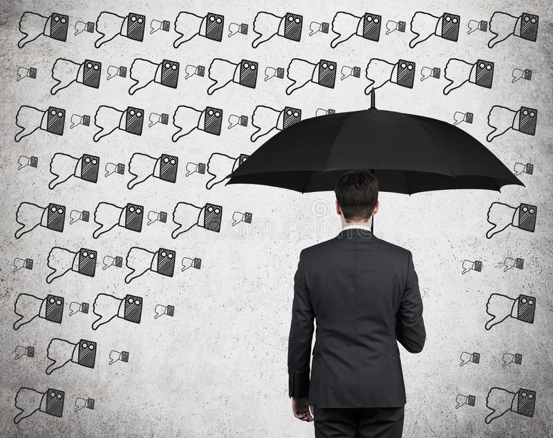 Affärsman med paraplyet arkivfoton