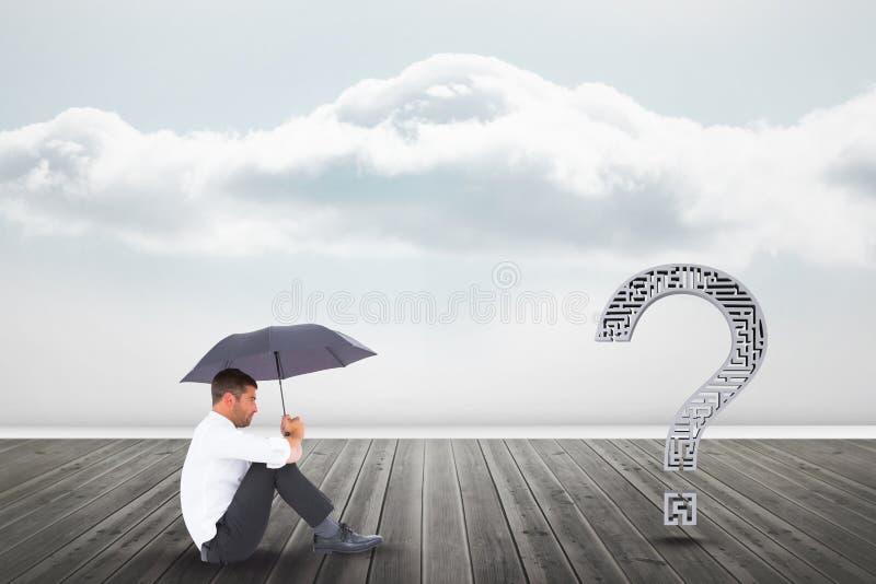 Affärsman med paraplyet som ser frågefläcken på pir fotografering för bildbyråer