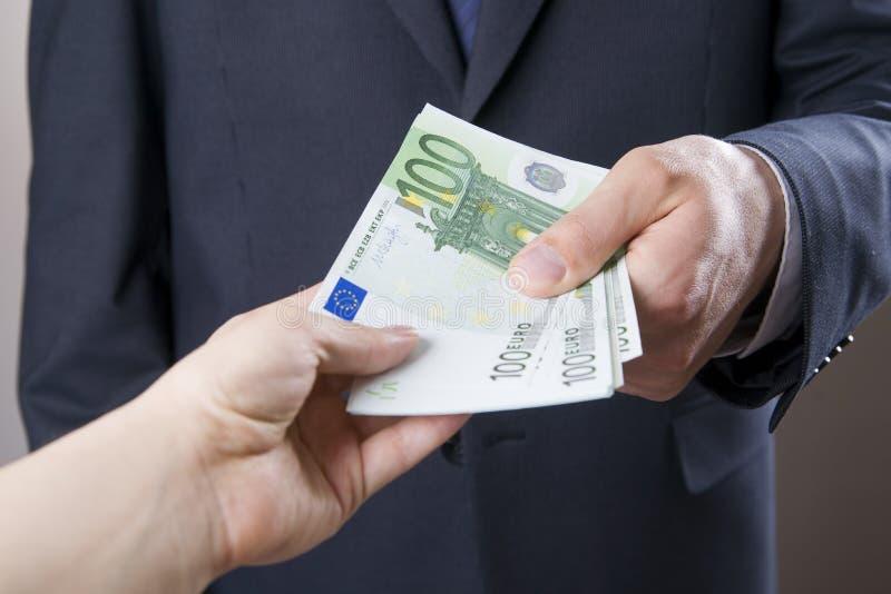 Affärsman med pengar i studio white för dollar för sedelbegreppskorruption isolerad kuvert arkivbilder