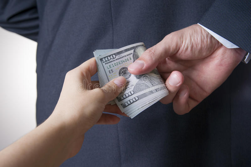 Affärsman med pengar i studio white för dollar för sedelbegreppskorruption isolerad kuvert fakturerar dollar hundra arkivfoto