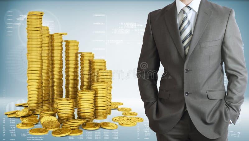 Affärsman med pyramiden av guld- mynt royaltyfri foto