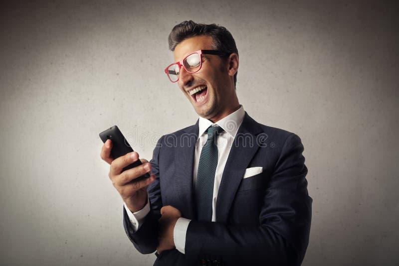 Affärsman med skratta för smartphone fotografering för bildbyråer