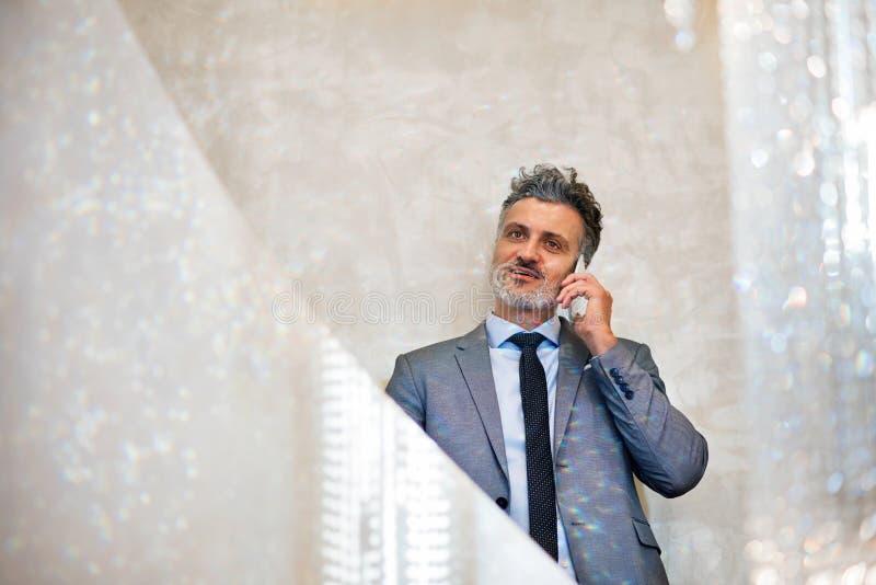 Affärsman med smartphonen som gör en påringning royaltyfria bilder