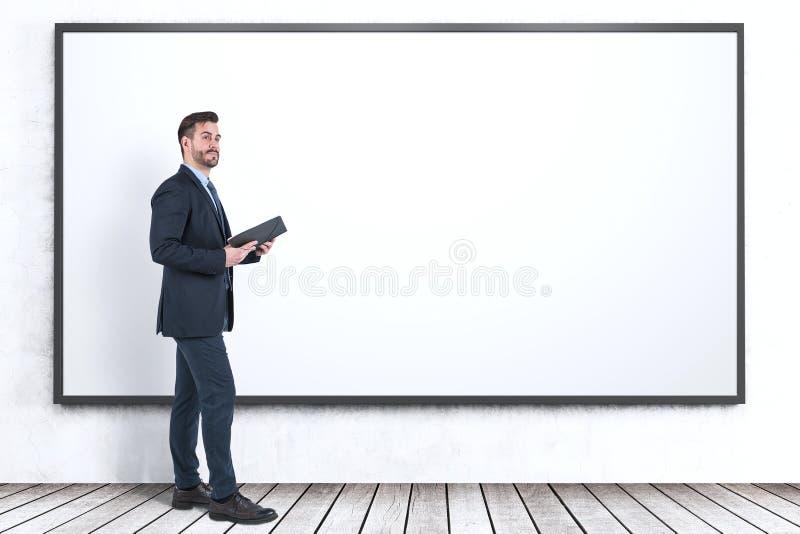 Affärsman med stadsplaneraren nära whiteboard royaltyfri fotografi