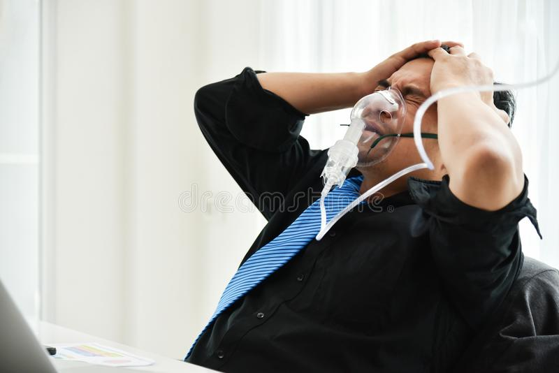Affärsman med syremaskeringen som har huvudvärk arkivbilder