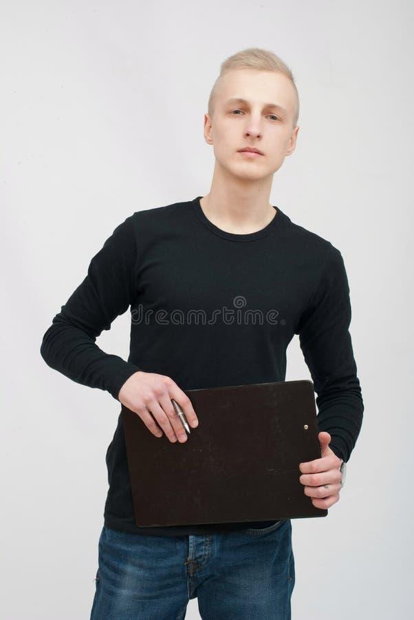 Affärsman med tableten Ung blond manstående i studio på grå bakgrund royaltyfri bild