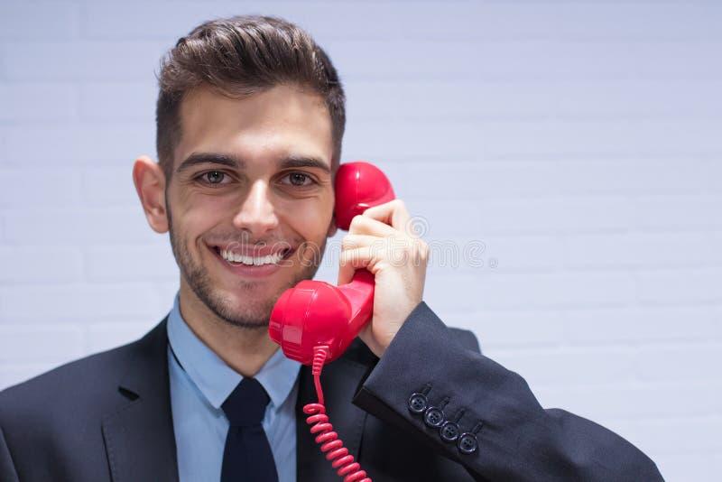 Affärsman med telefonen arkivbild