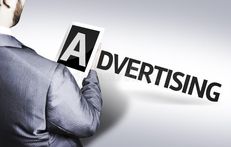 Affärsman med textadvertizingen i en begreppsbild arkivfoto