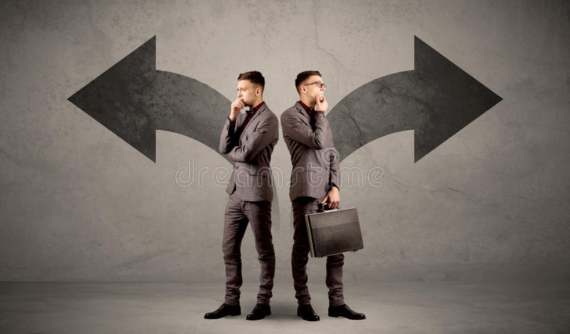 Affärsman med två val arkivbilder