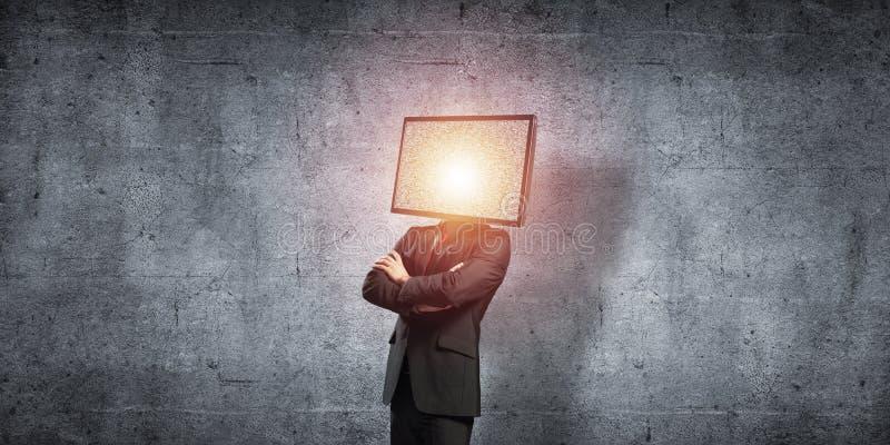 Affärsman med TV i stället för huvudet royaltyfri bild