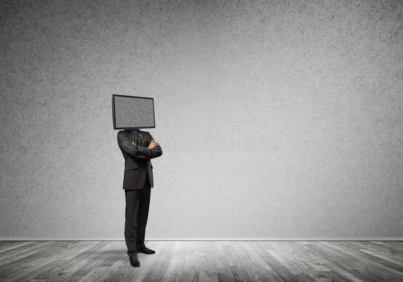 Affärsman med TV i stället för huvudet royaltyfri fotografi