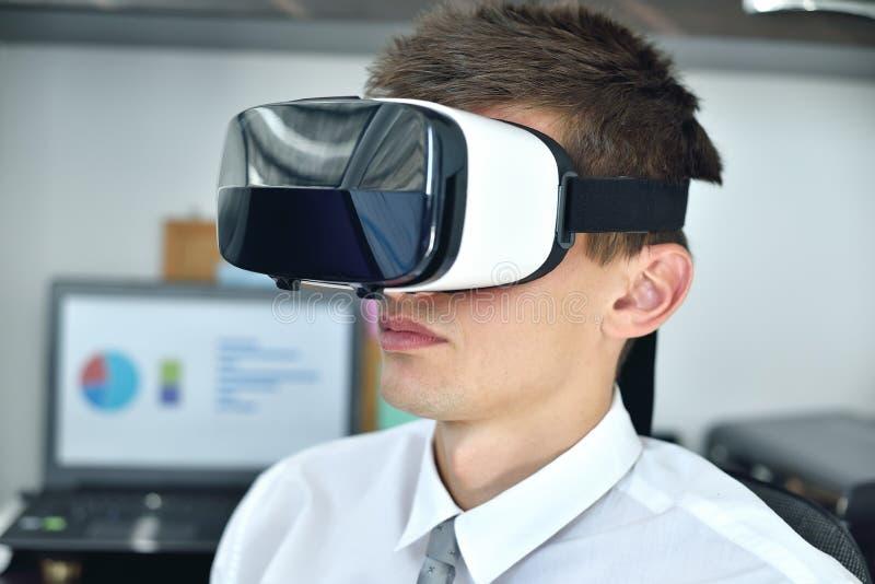 Affärsman med VR-glas royaltyfri fotografi