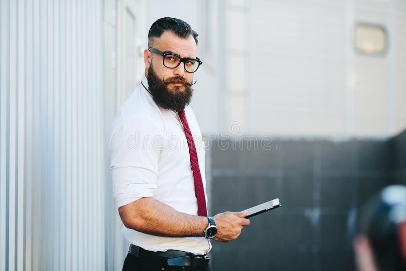 Affärsman mot en vit vägg arkivfoton