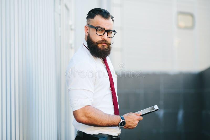 Affärsman mot en vit vägg arkivfoto