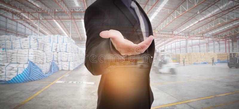 Affärsman mot modern warehousing royaltyfria bilder