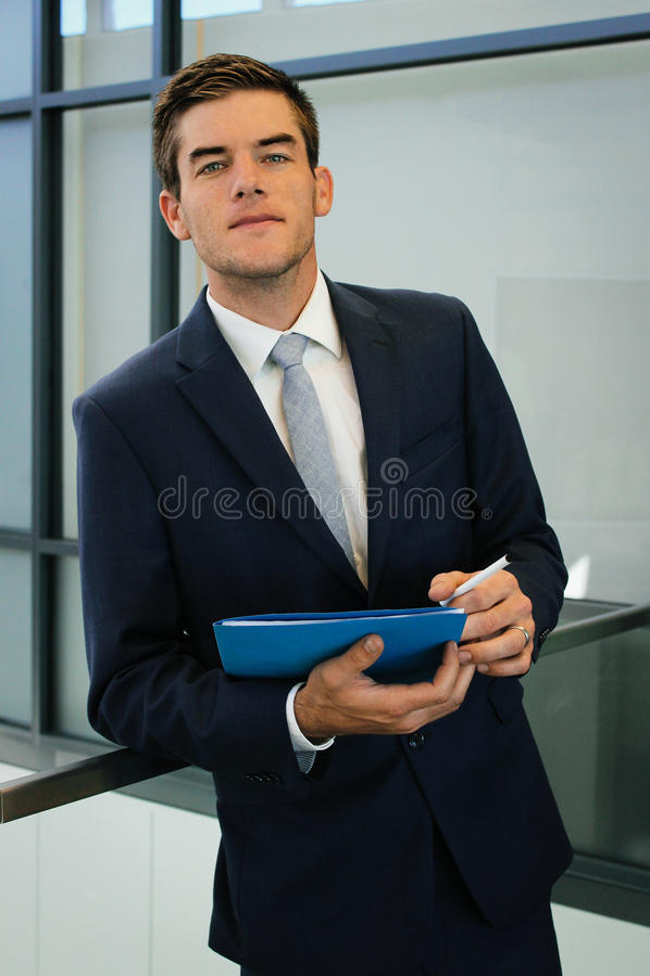 Affärsman With Notes royaltyfri foto