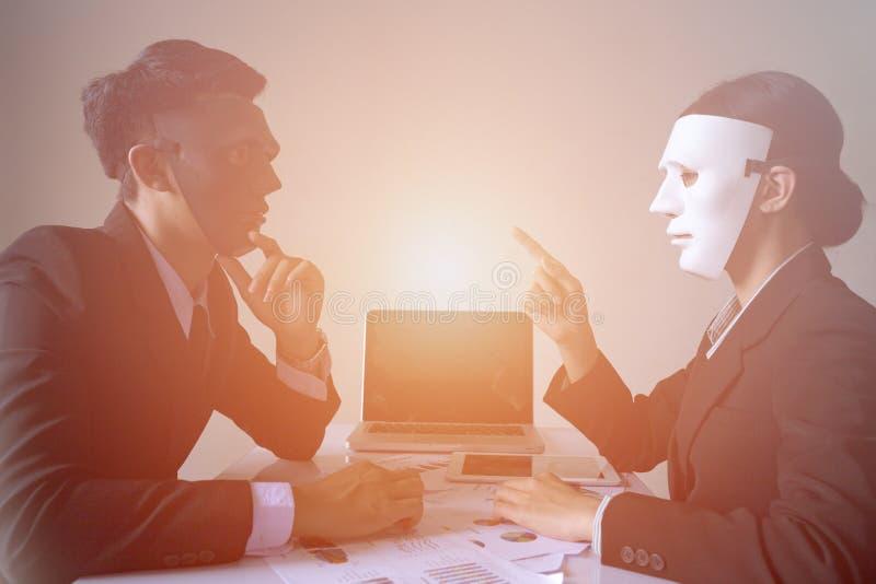 Affärsman och affärskvinna med maskeringen i regeringsställning royaltyfri bild