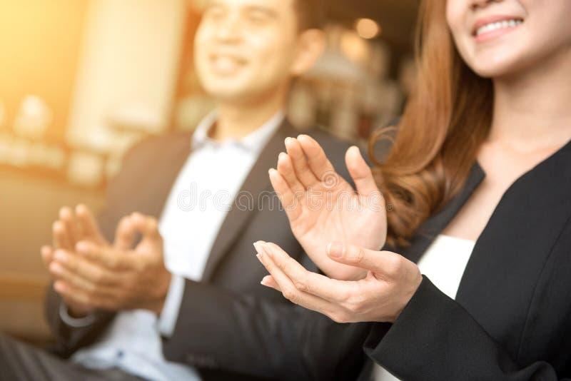 Affärsman och affärskvinna som applåderar händer royaltyfria bilder