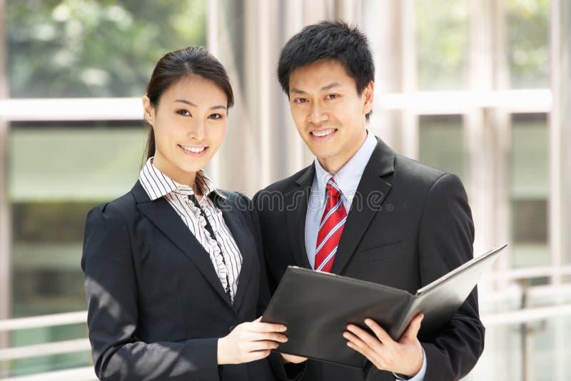 Affärsman och affärskvinna som diskuterar förlagan royaltyfria foton