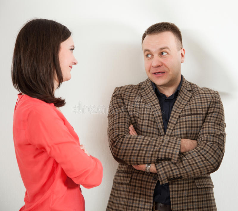 Affärsman och affärskvinna som meddelar arkivbild