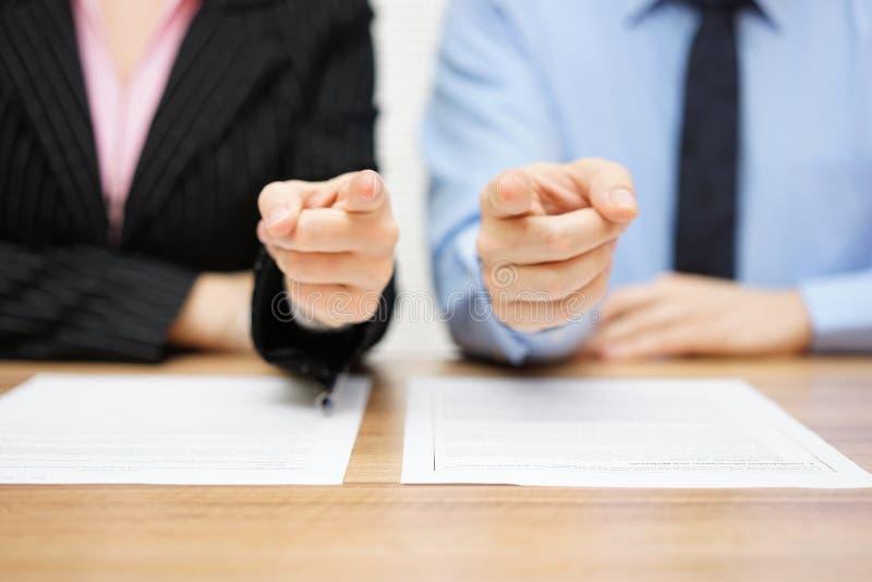 Affärsman och affärskvinna som pekar med fingrar till dig Staf arkivfoton