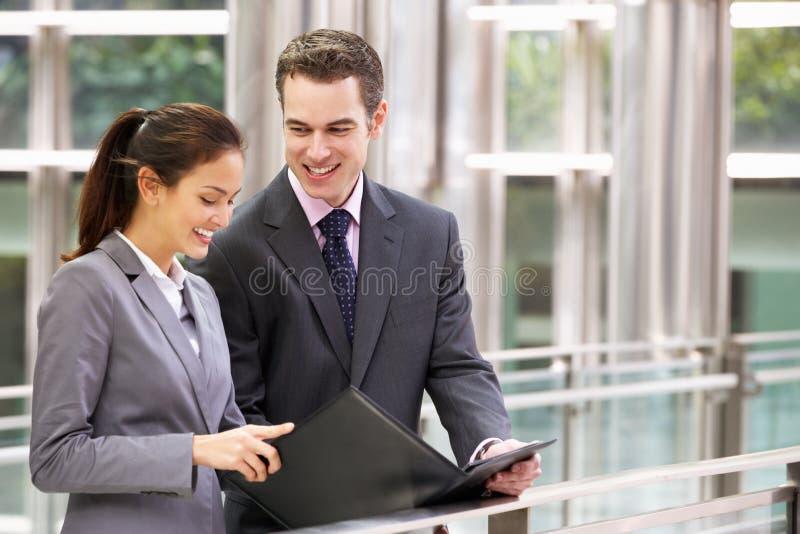 Affärsman och affärskvinna som pratar i gata royaltyfri fotografi