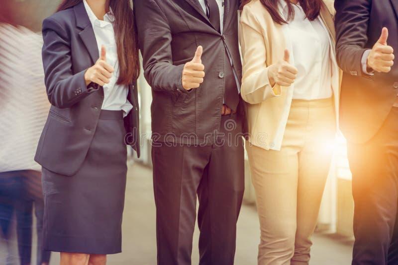 Affärsman och affärskvinna Team som ger upp tummen som tecken av framgångaffärsteamwork royaltyfri bild