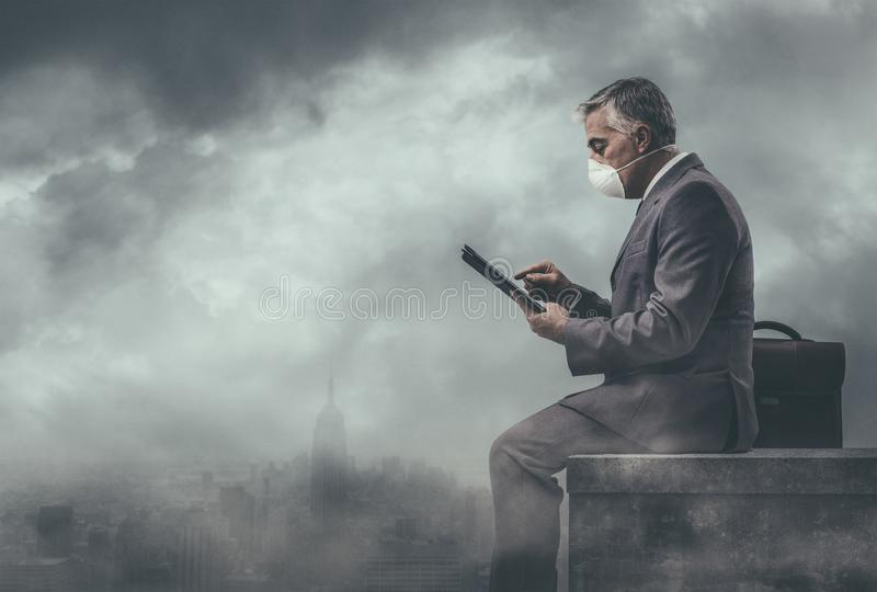 Affärsman och förorenad stad arkivfoto