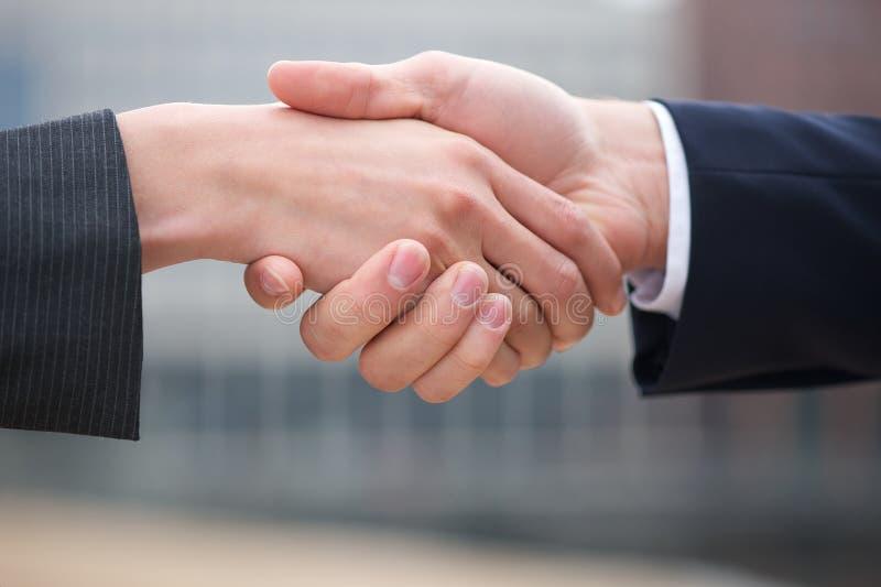 Affärsman och handskakning för affärskvinna royaltyfri foto