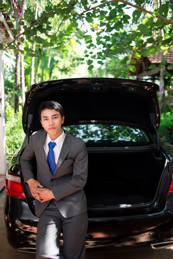 Affärsman och hans bil arkivfoton