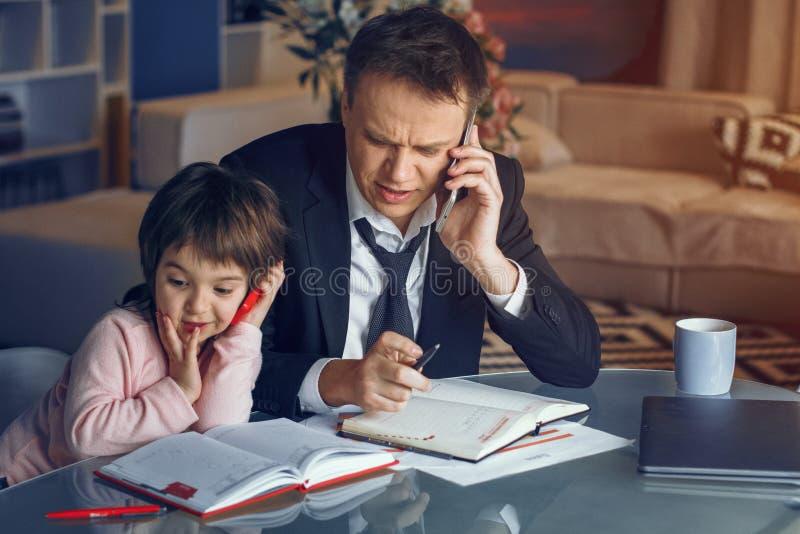 Affärsman och hans dotter som tillsammans spenderar tid royaltyfria bilder
