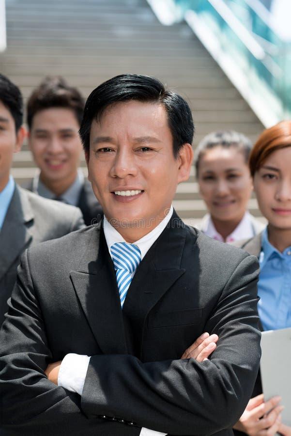 Affärsman och hans lag royaltyfria foton