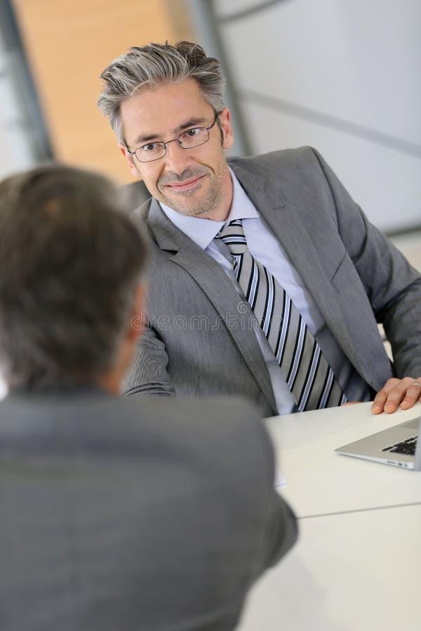 Affärsman- och klienthandshaking arkivfoto