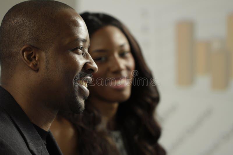 Affärsman och kvinna för två afrikansk amerikan i ett möte royaltyfria bilder
