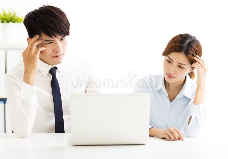 Affärsman och kvinna som i regeringsställning löser problem royaltyfri bild